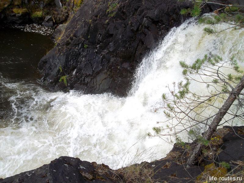 Нижний уступ. Мощным потоком вода срывается с высоты в 6 м