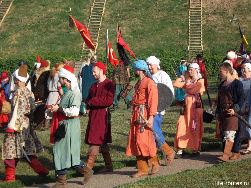 Яркие костюмы и флаги
