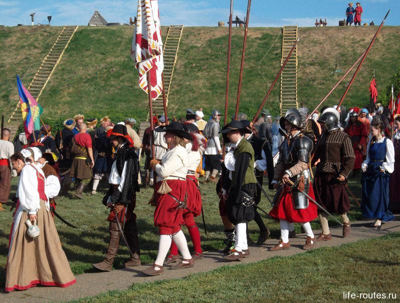 Есть участники и в европейских костюмах