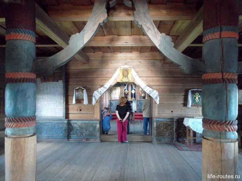 В трапезной две колонны, придерживающих свод, олицетворяют языческую берегиню Мать-Земля