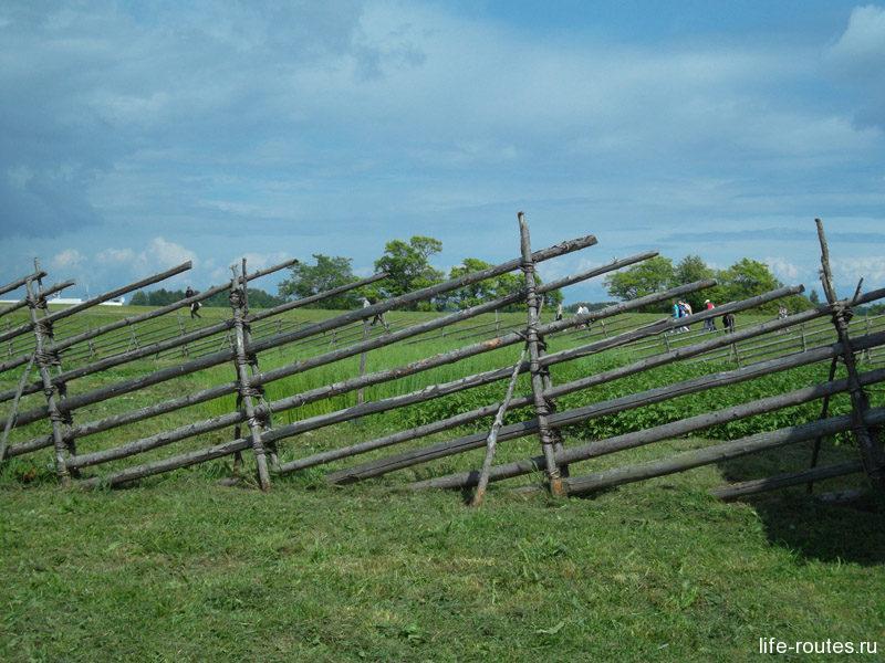 Был и небольшой огородик с необычным заборчиком наискось