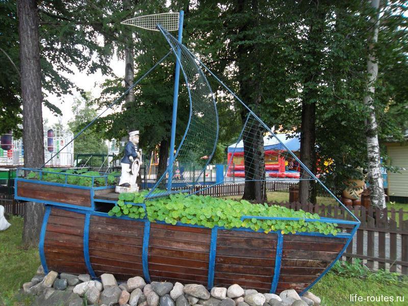 Городской парк с аттракционами