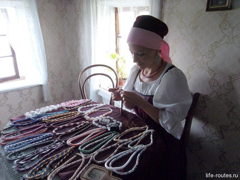 Народная умелица плетет традиционные заонежские бусы из бисера