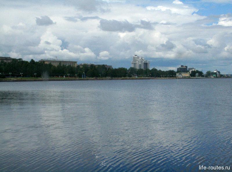 За окном остается панорама Онежской набережной Петрозаводска