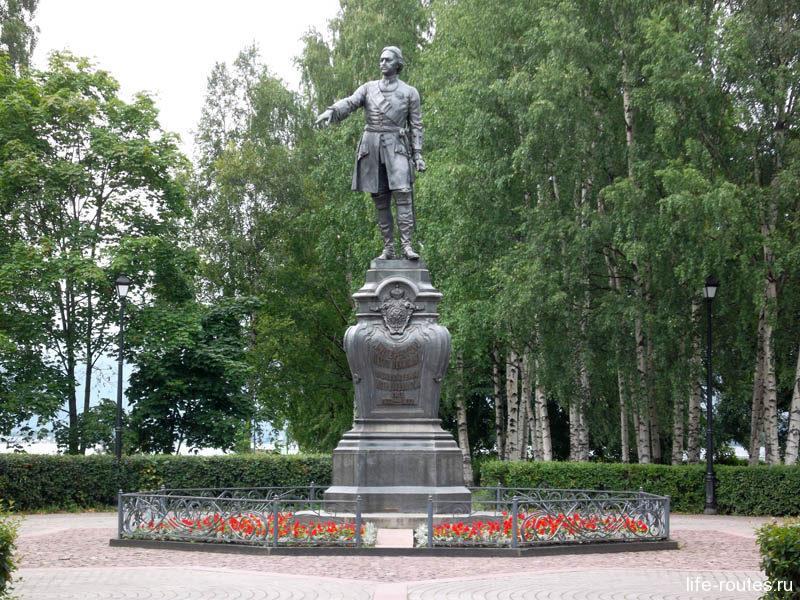 Памятник основателю города - Петру I