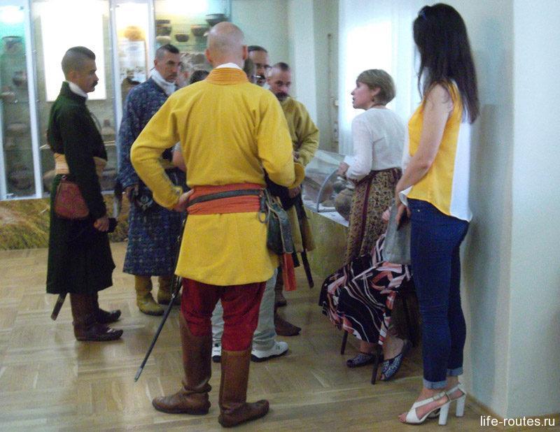 С нами по музею с экскурсией гуляли венгерские гусары
