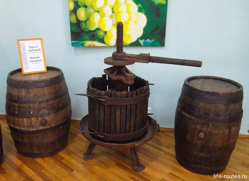 Временные выставки на сей раз знакомили посетителей с донским виноделием...