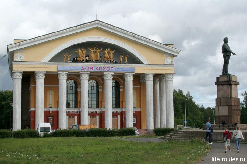 Музыкальный театр и памятник Кирову на пл. Кирова