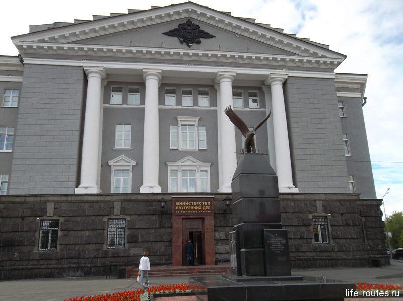 Здание Министерства внутренних дел Карелии и памятник сотрудникам МВД, погибшим при исполнении служебного долга