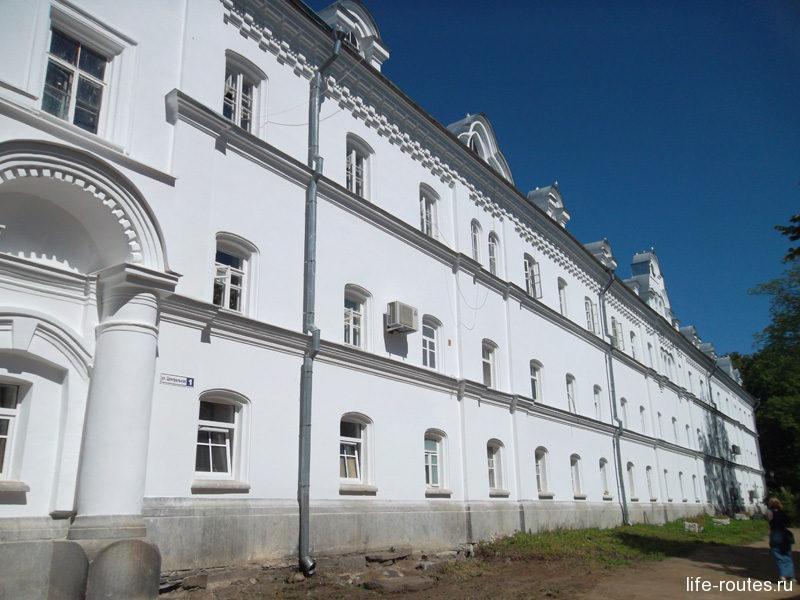 Собор Преображения Господня со всех сторон окружен монастырскими постройками. Рядом со Святыми вратами располагаются келейные корпуса