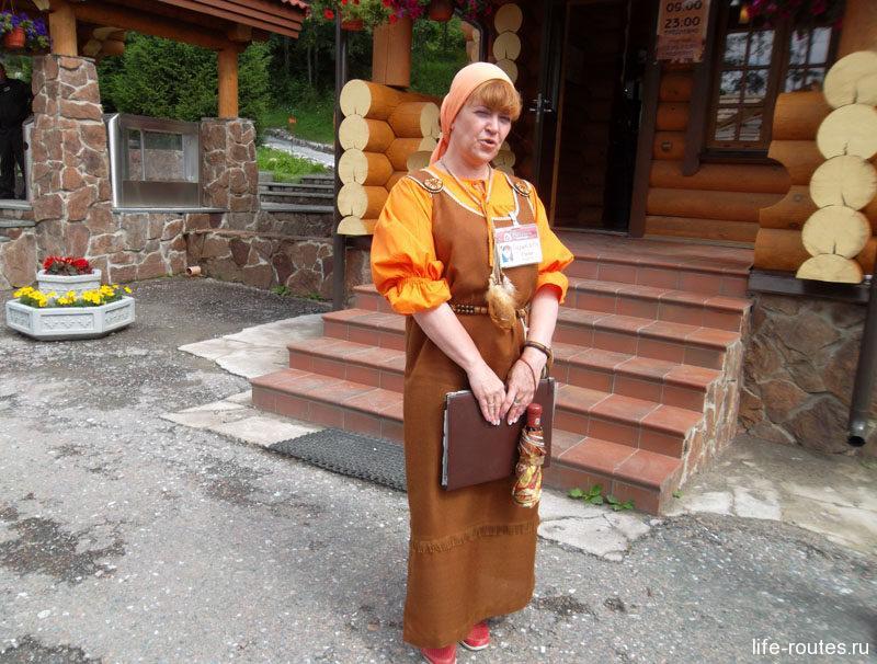 Наш гид - жительница Рускеалы Маргарита в национальном карельском костюме