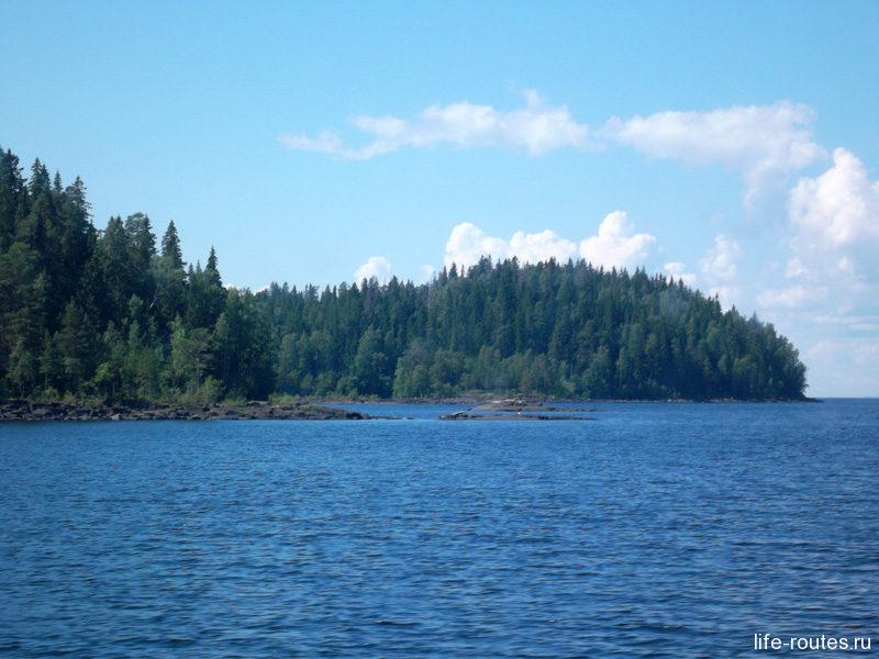 Сегодня озеро спокойное и можно вдоволь любоваться Ладожскими шхерами