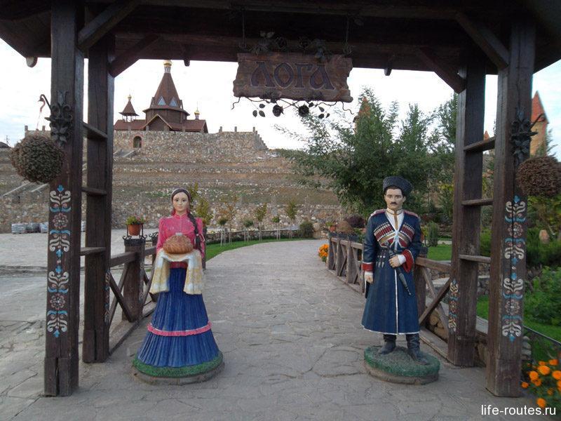 На входе встречают казак с казачкой