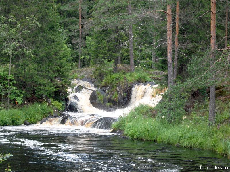 Сами водопады не очень высокие. Два текут чуть подальше...