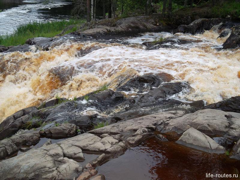 Вода в Тохме рыжего цвета за счет содержания большого количества железной руды