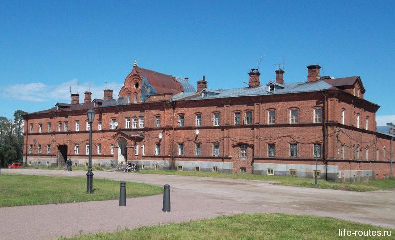 По пути к Никольскому скиту можно встретить Работный дом, памятник архитектуры XIX в. Здесь селились работники, занимающиеся восстановлением монастыря