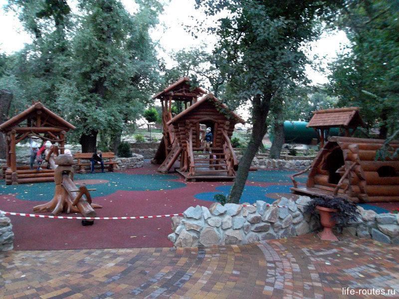 Детская площадка без грамма пластмассы