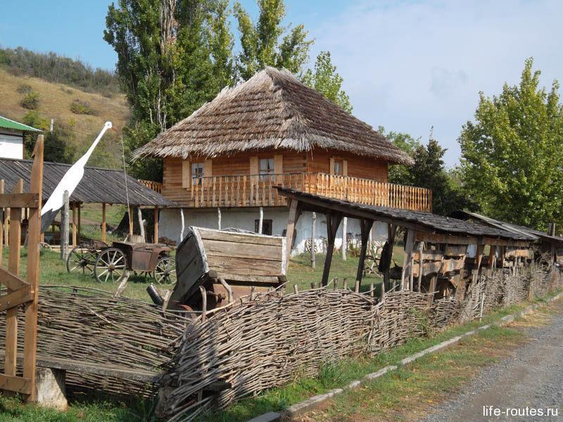 У входа туристов встречает казачье подворье