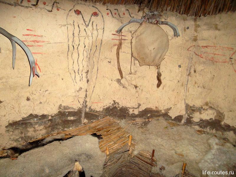 Стены в хижине шамана украшают ритуальные рисунки
