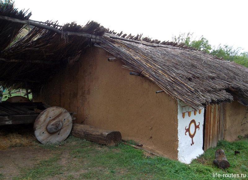 На внутреннем дворе можно встретить телегу. Она активно использовалась в хозяйстве