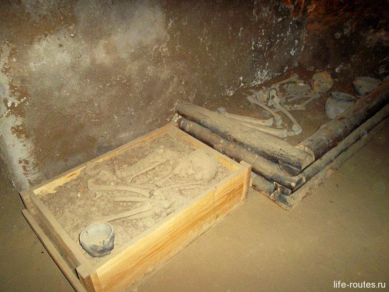 Захоронения срубной культуры. Для богача использовался цельный сруб, а бедняк довольствовался деревянными пластинами