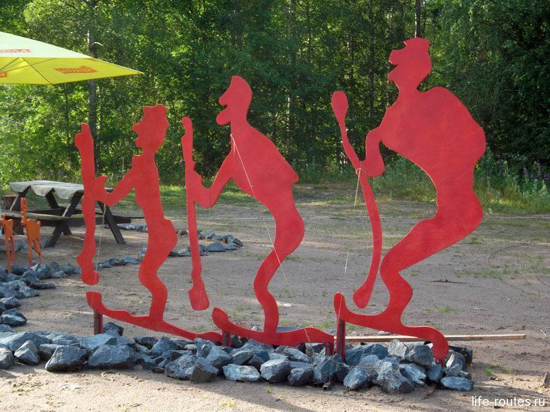Фигуры у разворотной площадки напоминают о древних наскальных рисунках