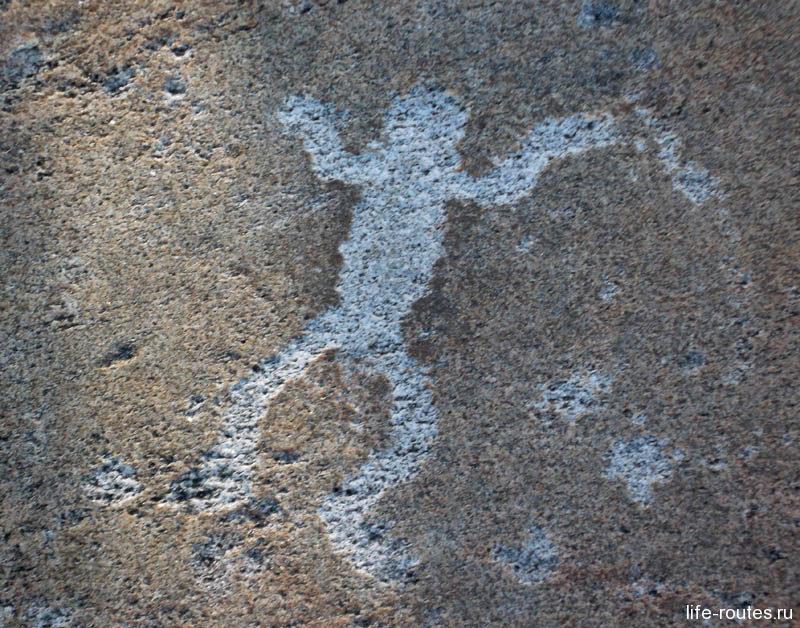 Самый известный из беломорских петроглифов - пляшущий человечек (или белая шаманка). Считается, что, прикоснувшимся к нему будет сопутствовать удача в делах