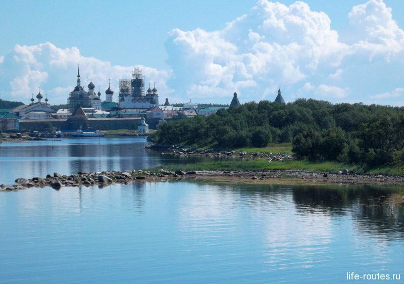 Ближе к полудню на горизонте появился Соловецкий кремль