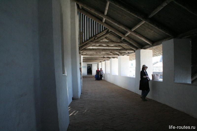Во время экскурсии по кремлю можно прогуляться по крытым галереям