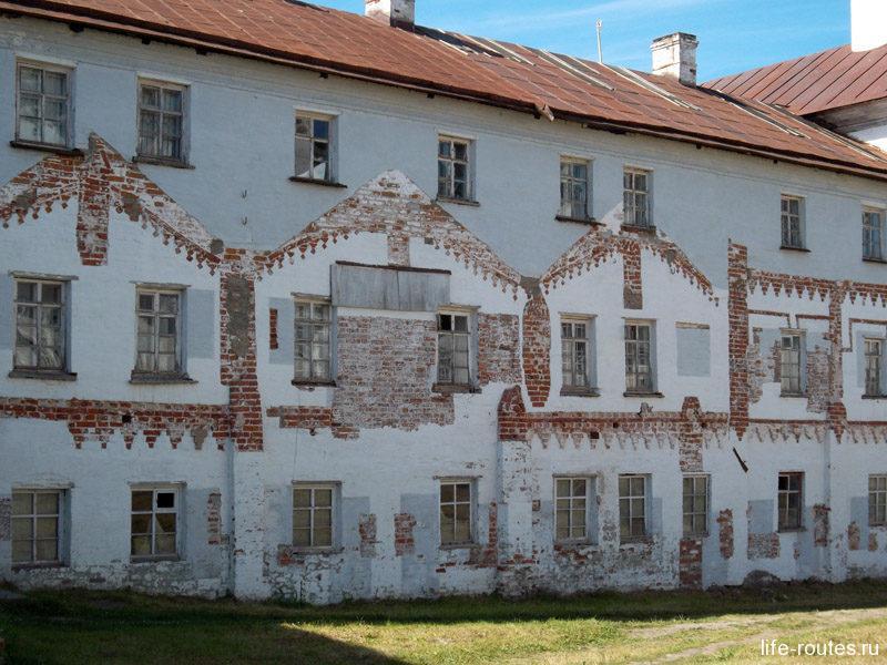 Эта стена специально окрашена разными цветами, наглядно демонстрируя, как менялся внешний облик постройки