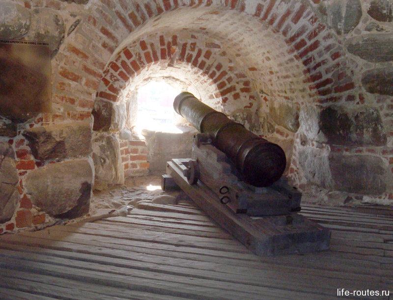 На память о героическом прошлом на башнях оставили пушки