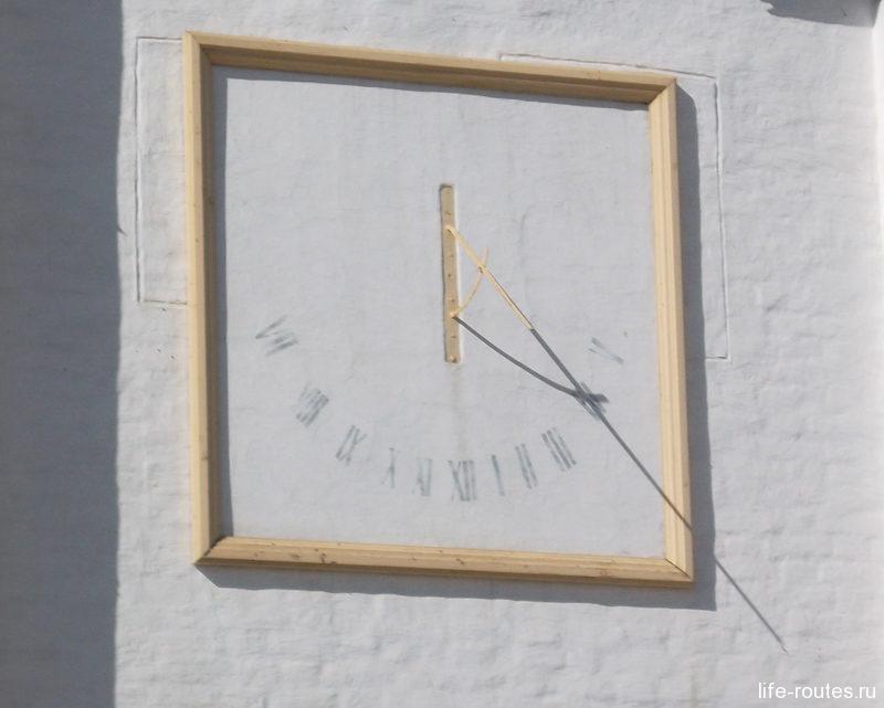 Стены украшают необычные солнечные часы