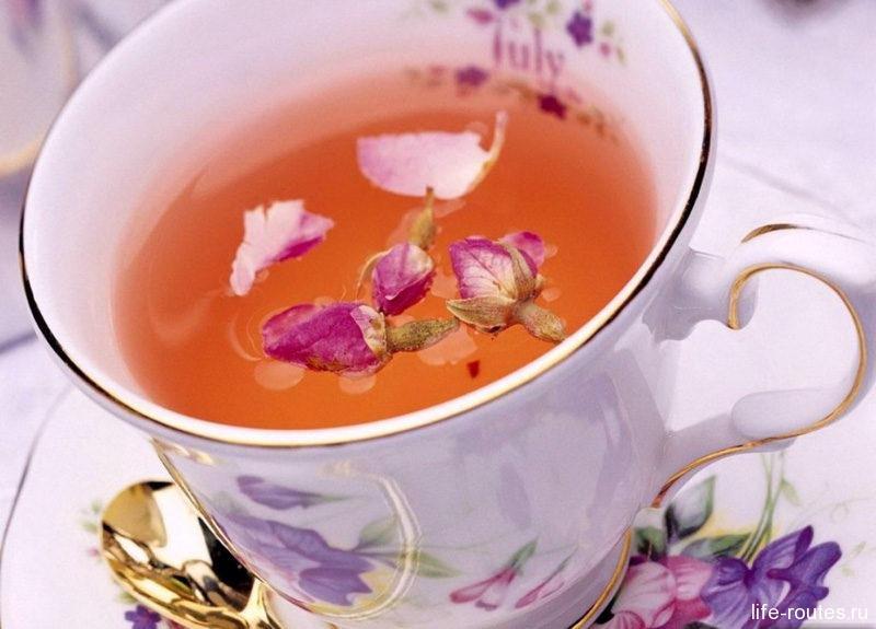 Растущий повсеместно иван-чай превращается в ароматный и полезный напиток с насыщенным цветочным вкусом