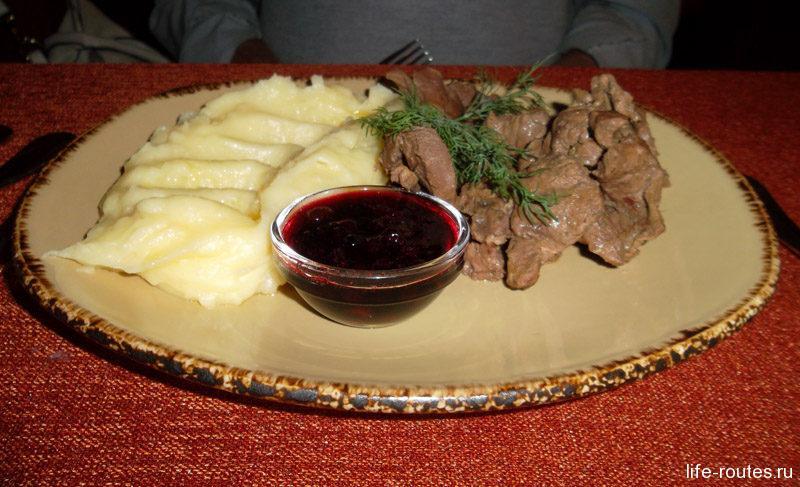 Оленина, запеченная в пиве, с картофельным пюре и брусничным соусом
