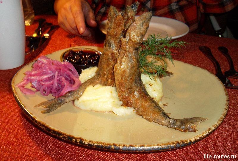 Жареная ряпушка с картофельным пюре и брусничным соусом