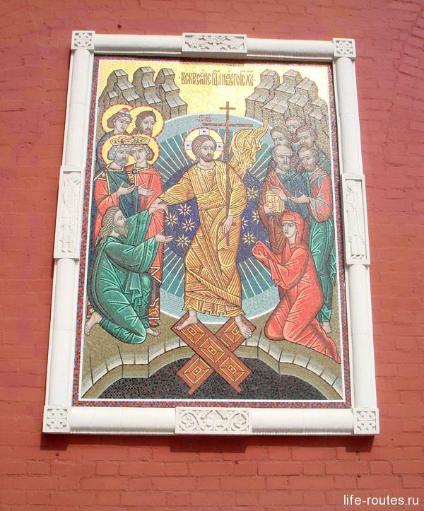 На Воскресенских воротах со стороны Красной площади находится икона Воскресения Христова