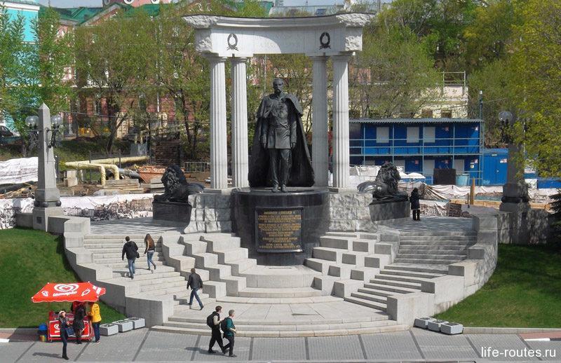 Рядом с собором установлен памятник Александру II