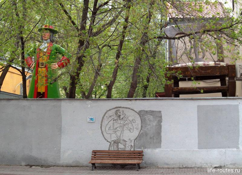 За высоким забором по адресу Арбат, 16 расположился настоящий парк развлечений
