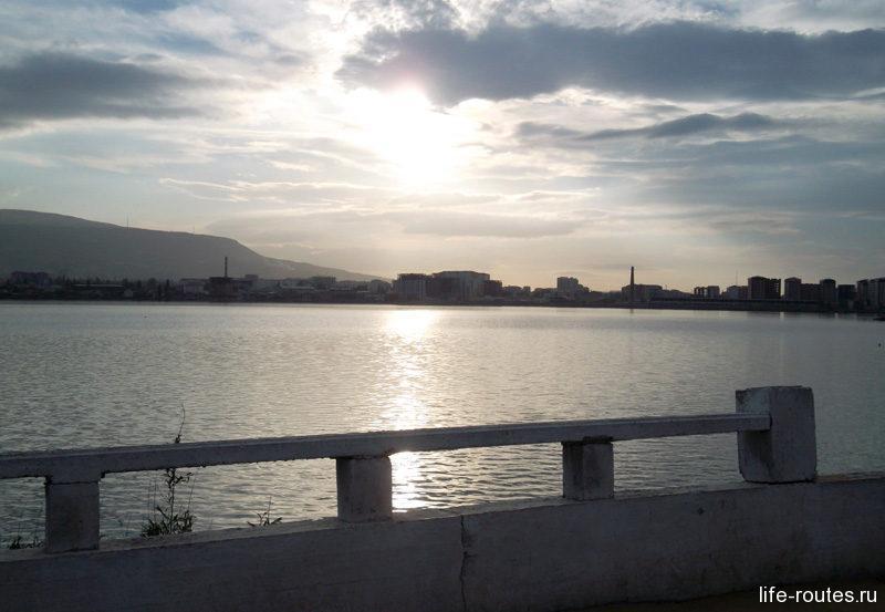 Озеро Ак-Гёль в лучах заходящего солнца
