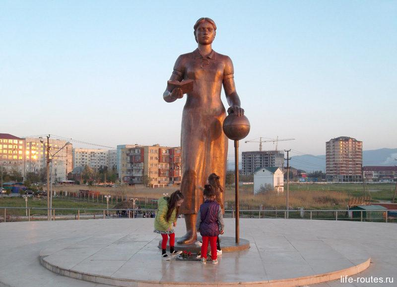 Памятник русской учительнице практически всегда окружен детьми