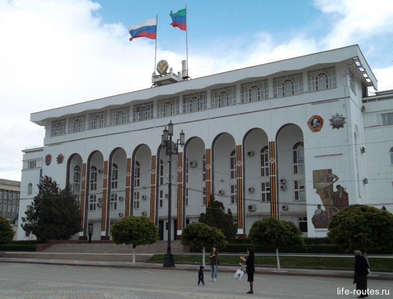 Дом правительства республики Дагестан - самое заметное сооружение на площади Ленина