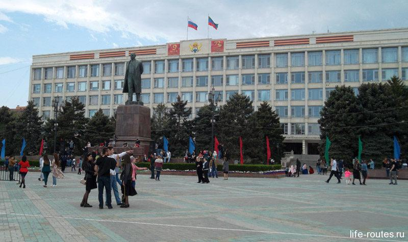 Напротив - мэрия Махачкалы и памятник вождю мирового пролетариата