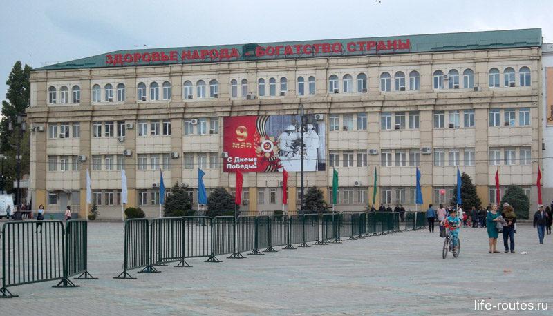 Приятно, что на главной городской площади находится и учебное заведение - Медицинская Академия. Плакат к празднику выбран соответствующий