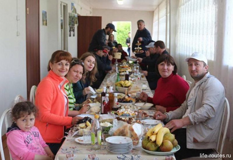 Нам даже удалось попасть на семейный праздник к нашему гиду Хасбулату, где было не менее 200 человек близких родственников
