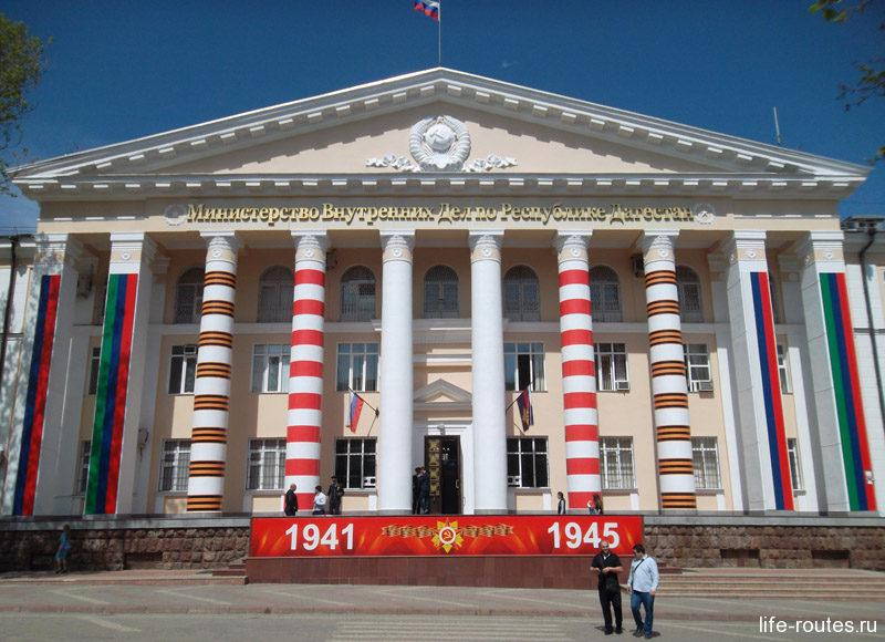 Здание МВД республики. В архитектуре чувствуются советские мотивы
