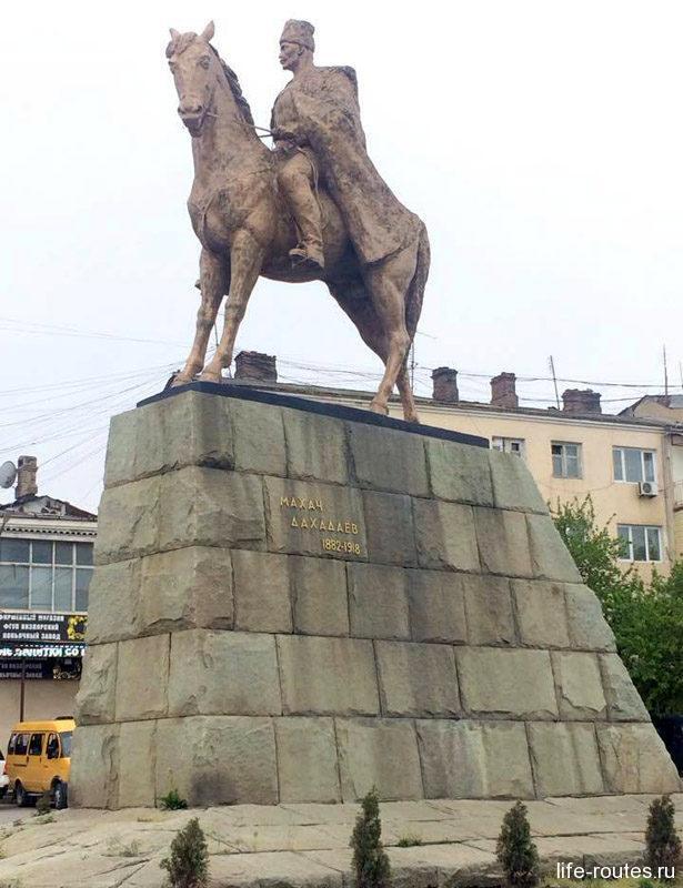 Памятник Махачу Дахадаеву. В честь этого человека Махачкала получила свое современное название