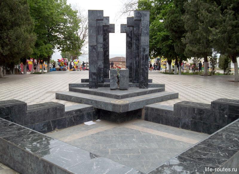 ... плавно перетекает в Городской сад, где установлен памятник ликвидаторам аварии на Чернобыльской АЭС
