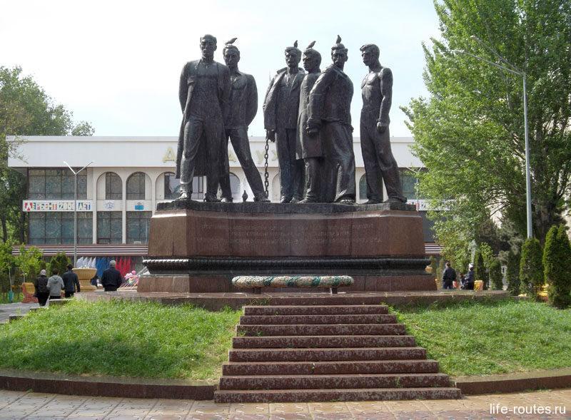 """Еще одно """"зеленое"""" место - сквер борцов революции с одноименным памятником. PS: голуби нашли достойное место :)"""
