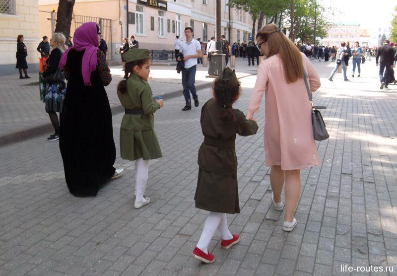 На улицах можно встретить женщин как в традиционной мусульманской одежде, так и в привычных нарядах