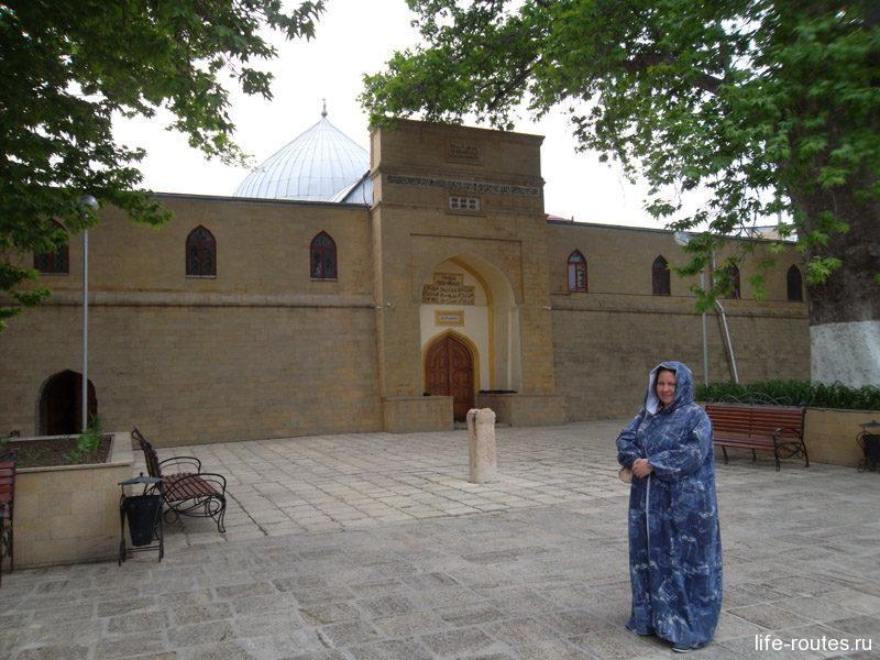 Если вы хотите посетить мечеть, возьмите на входе подобающее одеяние